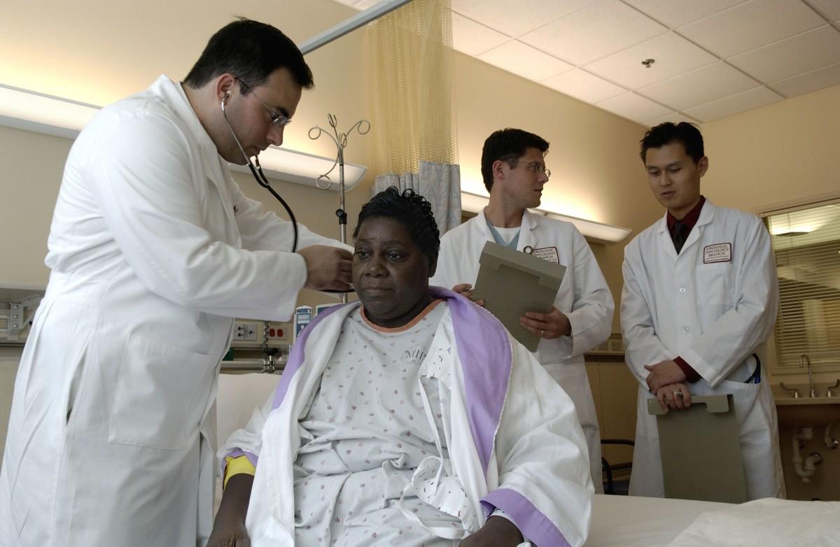 Doctor_examines_patient